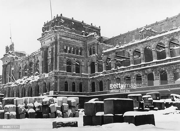 Der zerstörte Nordflügel desHauptgebäudes der Technischen Universitätan der Straße des 17 Juni Februar 1953