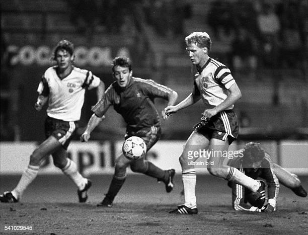 *Sportler Fussball DDRLetztes Länderspiel der DDR in BrüsselBelgien DDR 02 der zweifache Torschütze Sammer auf dem Weg zum Tor