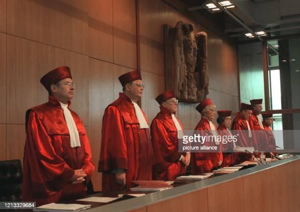 Der zweite Senat des Bundesverfassungsgerichts mit Winfried Hassemer, Klaus Winter, Konrad Kruis, Karin Graßhof, Präsidentin Jutta Limbach, Berthold...