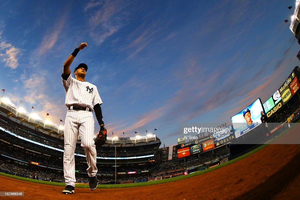 Toronto Blue Jays v New York Yankees - Game Two : News Photo