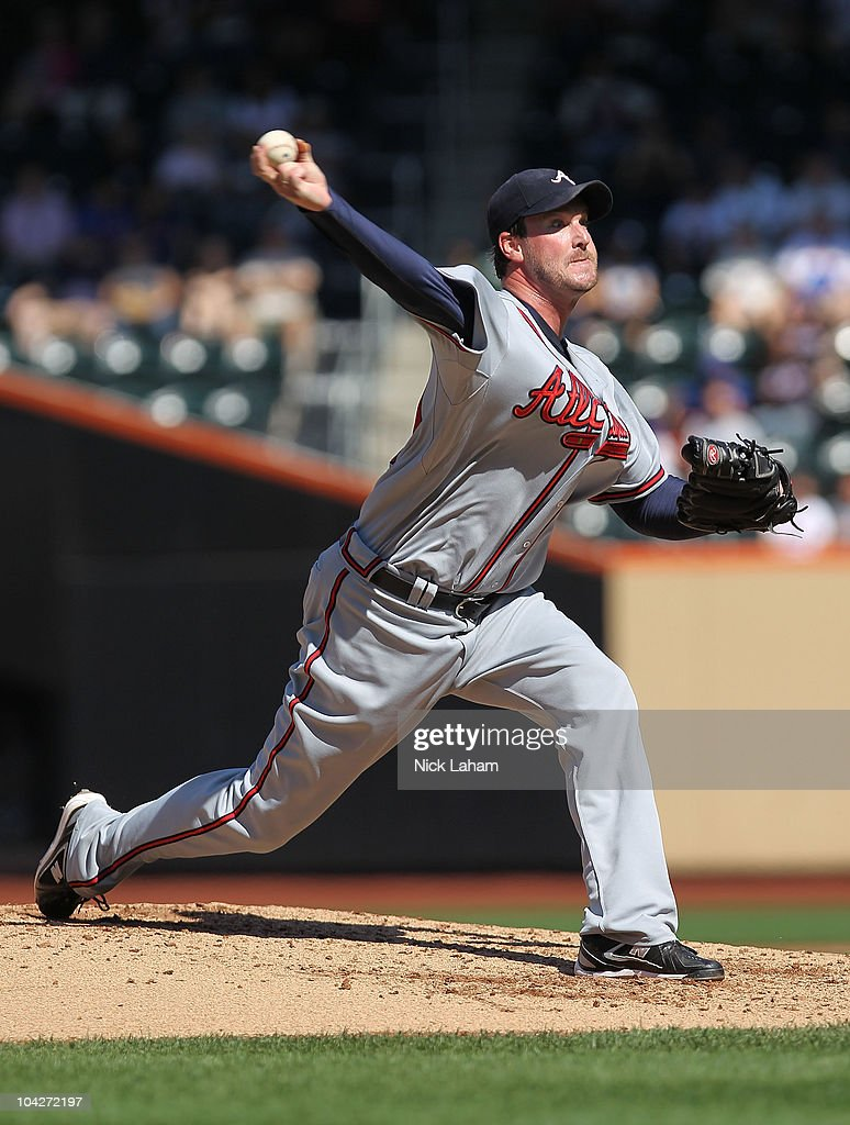 Derek Lowe #32 of the Atlanta Braves pitches against the New York Mets at Citi Field on September 19, 2010 in the Flushing neighborhood of the Queens borough of New York City.