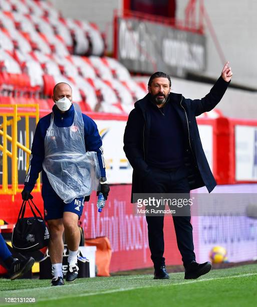 Derek McInnes Manager of Aberdeen gives his team instructions during the Ladbrokes Scottish Premiership match between Aberdeen and Celtic at...