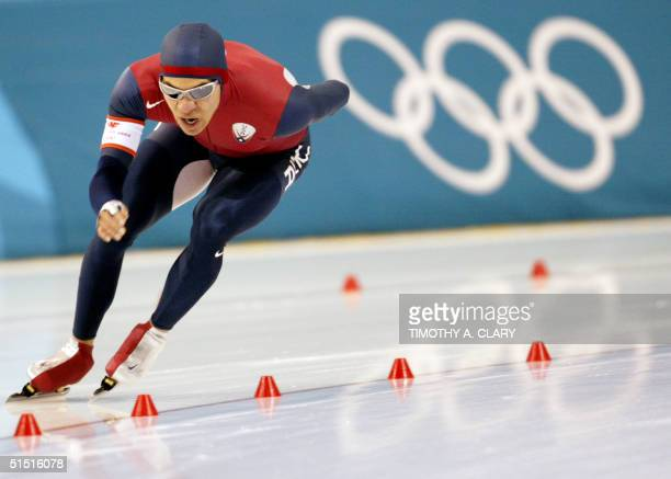 Derek Parra of the US speeds to set a new world and olympic record with 6:17.98 during the mens 5000m speed skating finals 09 February 2002 at the...