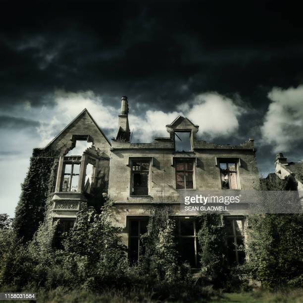 derelict abandoned house - abandoned stock pictures, royalty-free photos & images