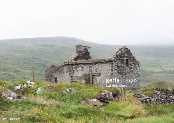 derelict stone house in ireland - lyn holly coorg stock pictures, royalty-free photos & images
