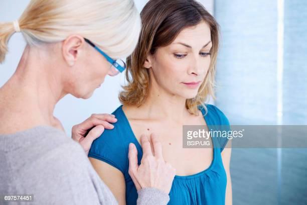 dermatology symptomatology, woman - hautkrebs stock-fotos und bilder