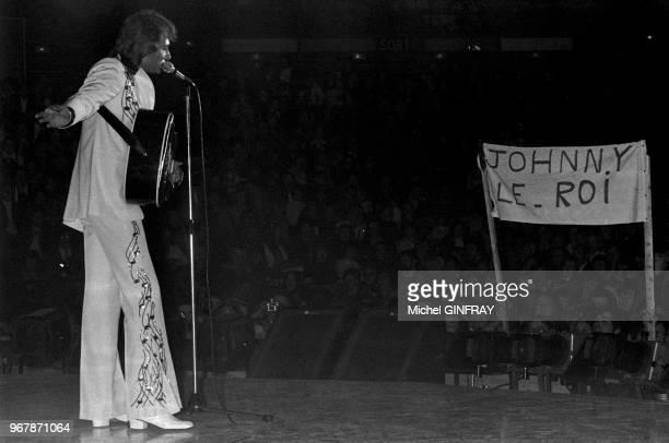 Dernier concert de Johnny Hallyday après un mois de scène au Palais des Sports à Paris France le 31 octobre 1976 En arrièreplan une banderole 'Johnny...