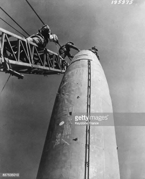 Derniers préparatifs pour la fusée V2 avant ses essais à White Sands Nouveau Mexique EtatsUnis en 1946