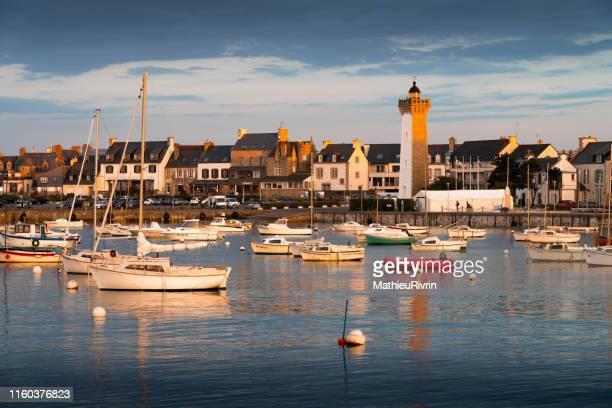 derniers rayons du soleil dans le port de roscoff - brest brittany stock pictures, royalty-free photos & images
