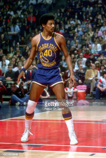 Derrek Dickey of the Golden State Warriors in action against the Washington Bullets during an NBA basketball game circa 1976 at the Capital Centre in...