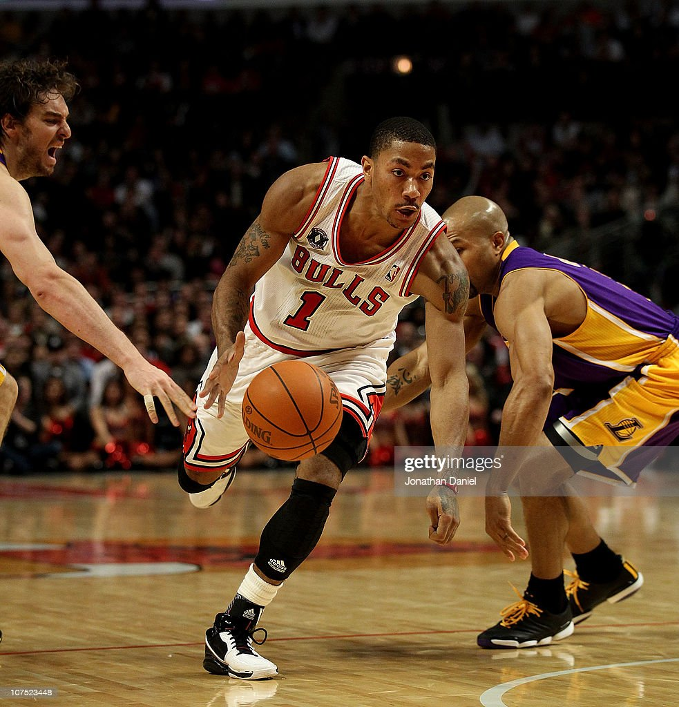 Derrick Rose #1 of the Chicago Bulls drives between Pau Gasol #16 (L) and Derek Fisher #2 of the Los Angeles Lakers at the United Center on December 10, 2010 in Chicago, Illinois. The Bulls defeated the Lakers 88-84..NOTE