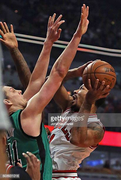 Derrick Rose of the Chicago Bulls shoots against Kelly Olynyk of the Boston Celtics at the United Center on January 7 2016 in Chicago Illinois NOTE...