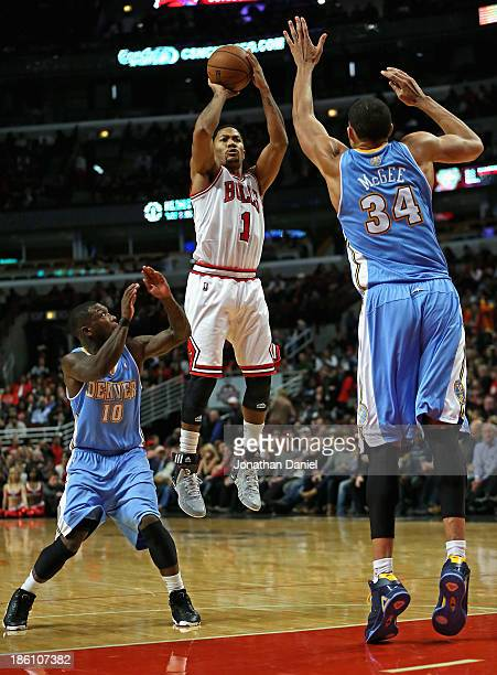 e0192b89be7 Derrick Rose of the Chicago Bulls shoots between Nate Robinson and... News  Photo