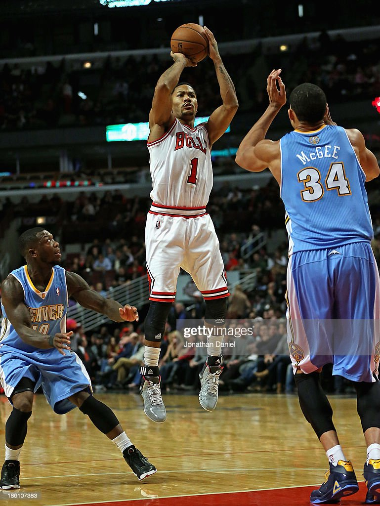 1aeb2d91545 Derrick Rose of the Chicago Bulls shoots between Nate Robinson and ...
