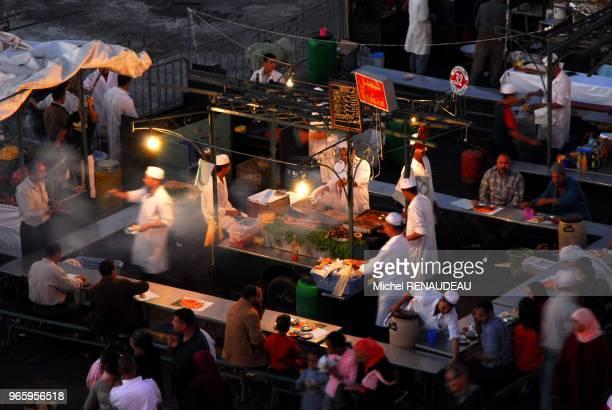 Derriere les vendeurs de jus d'orange frais c'est un véritable festival de distractions et de restauration qui se tient chaque nuit sur la...