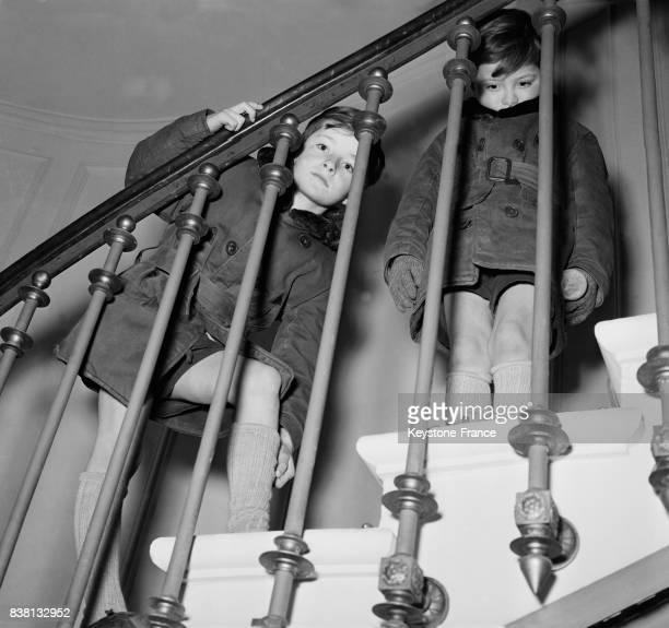 Derrière les barreaux d'un escalier de la présidence JeanPaul et JeanPierre Auriol attendent l'arrivée des futurs ministres à Paris France en janvier...