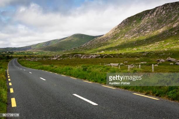 derryrush, country road - hügelkette stock-fotos und bilder