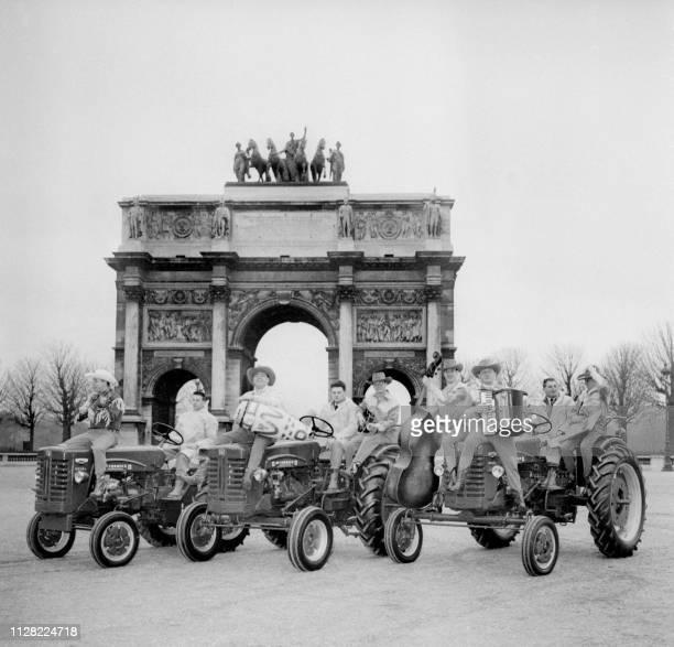 Des agriculteurs sur leurs tracteurs en route pour le Salon Agricole passent le 13 Mars 1959 devant l'Arc du Caroussel près du jardin des Tuileries à...
