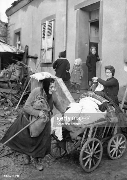Des Allemandes déchargent leurs biens alors qu'elles emménagent dans leur nouvelle maison à Coblence Allemagne circa 1940