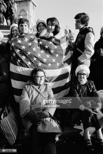 Des anglais campent devant le Palais de Buckingham après le mariage de la Princesse Anne Londres le 14 novembre 1973 RoyaumeUni