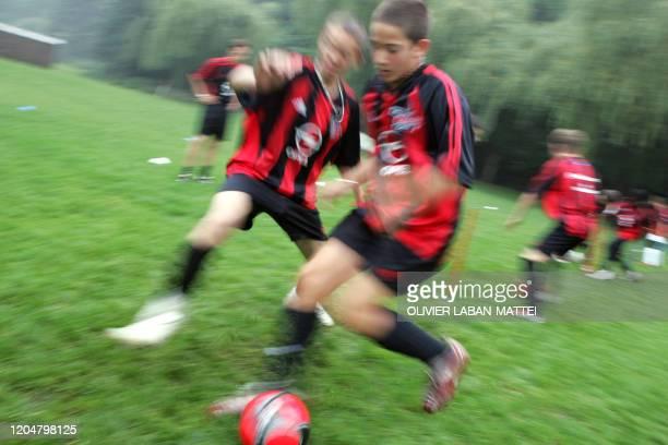 """Des apprentis footballeurs participent au """"Junior Camp"""" organisé par le Milan AC pendant une semaine à Lésigny, le 19 août 2005. Tout l'été, le club..."""