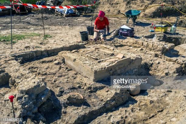 Des archéologues de l'Institut national de recherches archéologiques préventives fouillent le site d'une nécropole antique le 7 octobre 2019 à...