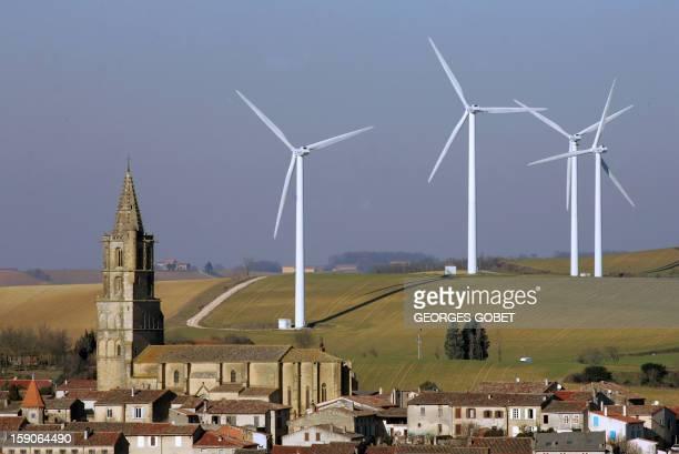des aérogénérateurs entourent le clocher du village d'Avignonet de Lauragais le 25 janvier 2006 près de Toulouse où quelque 10 aérogénérateurs mis en...