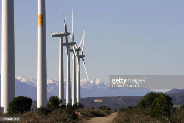des aérogénérateurs sont visibles sur le site de Rivesaltes le 25 janvier 2006 près de Perpignan où 8 aérogénérateurs mis en service en mars 2003...