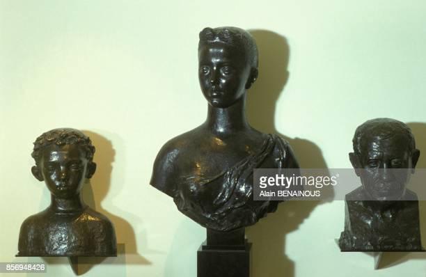 Des bronzes du sculpteur Paul Belmondo chez son fils le comedien JeanPaul Belmondo le 10 janvier 1991 a Paris France