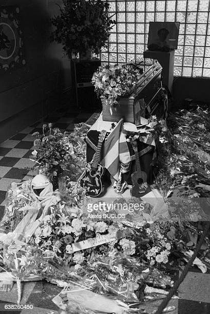 Des centaines de bouquets de fleurs sont déposés près du cercueil de Coluche à son domicile du XIVème arrondissement à Paris France le 22 juin 1986