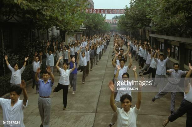 Des centaines de personnes font de la gymnastiques dans une rue le 6 octobre 1983 a Shanghai Chine