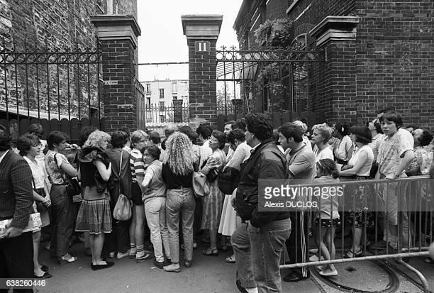 Des centaines de personnes rendent hommage à Coluche devant son domicile du XIVème arrondissement à Paris France le 22 juin 1986