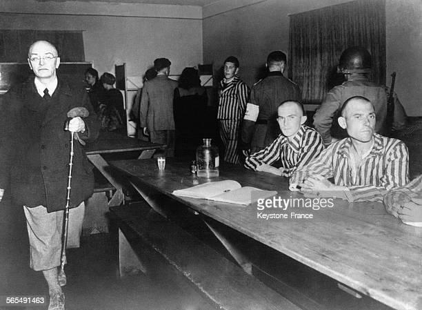 Des civils allemands de Weimar vont dans le camp de concentration de Buchenwald pour témoigner des atrocités commises en Allemagne en 1945