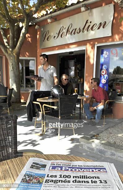 Des clients consomment à la terrasse du bartabac 'Le Sébastien' le 20 septembre 2009 à Venelles où le bulletin gagnant de la cagnotte de 100 millions...