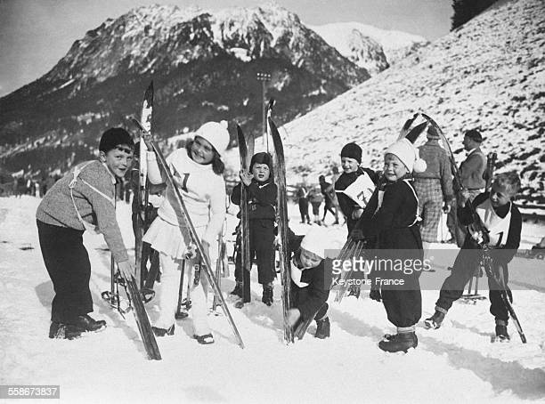 Des écoliers s'apprêtant à mettre leurs skis pour participer à un concours organisé par leur école à Oberstdorf Allemagne le 26 décembre 1931