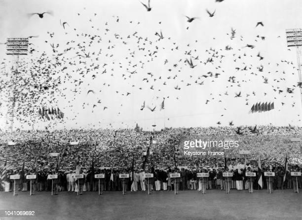 Des colombes sont lâchées lors de la cérémonie d'ouverture des XVIIèmes Jeux Olympiques le 25 août 1960 à Rome, Italie.