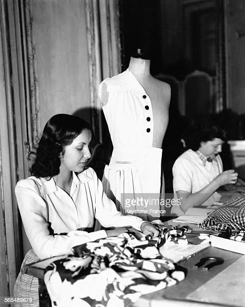 Des couturières dans un atelier à Paris France en 1947