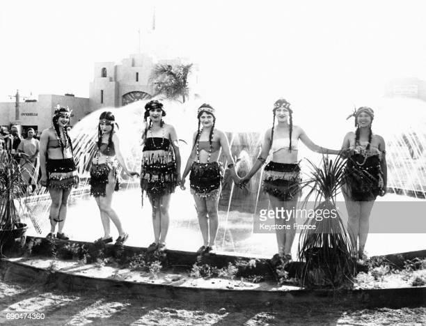 Des danseuses en costume aztèque interprète un spectacle sur la chute de Montezuma à Los Angeles CA
