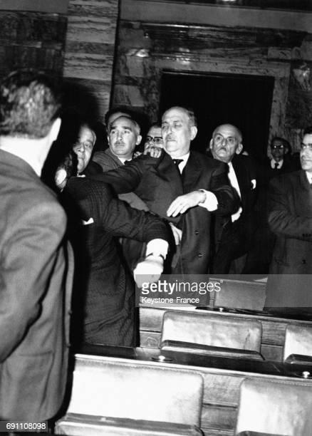 Des députés se bagarrent dans les tribunes du Parlement grec à Athène Grèce le 26 avril 1966