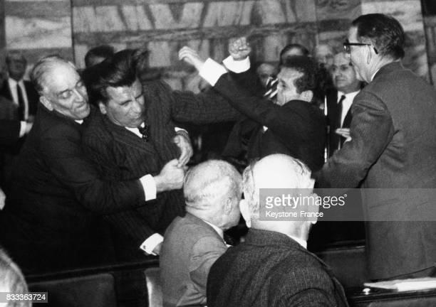 Des députés se battent à Athènes Grèce le 26 avril 1966