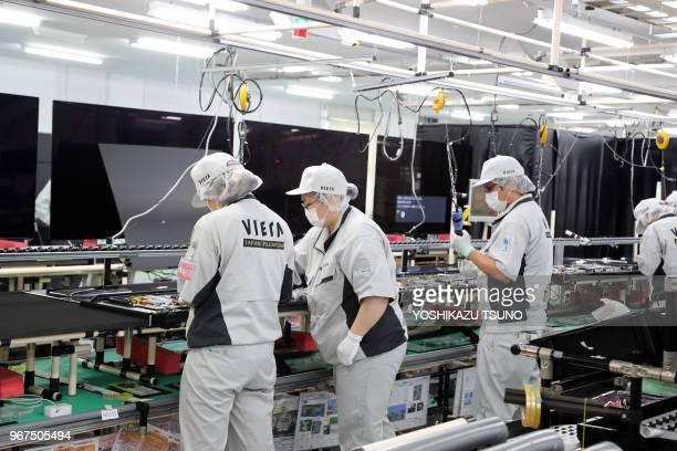 Des employés de la société d'électronique japonaise Panasonic assemblent les nouveaux téléviseurs à diodes électroluminescentes 'Viera' au Centre...