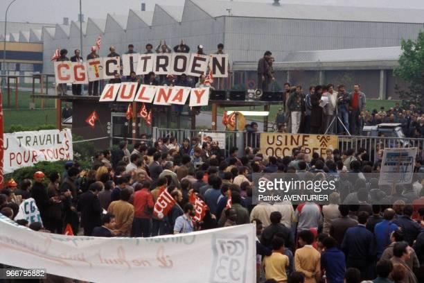 Des employés de l'usine Citroen en grève manifestent le 16 mai 1984 à Aulnay-sous-Bois, France.
