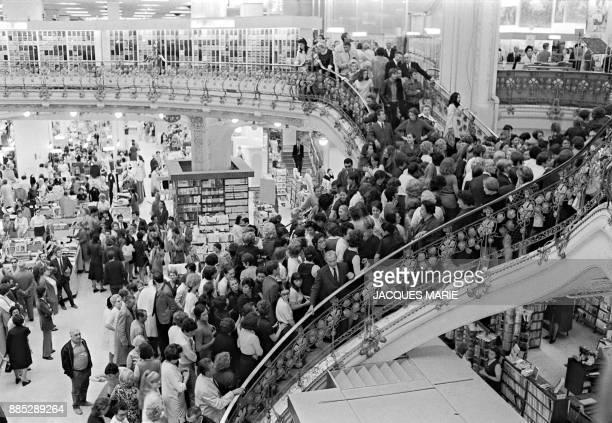 Des employés grévistes des Galeries Lafayette occupent en mai 1968 à Paris des locaux du grand magasin lors des mouvements de grève pendant les...