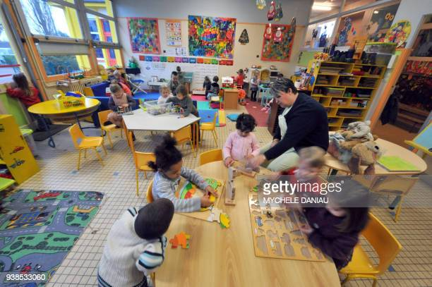 Des enfants d'une classe maternelle de première année effectuent des activités ludique sous la surveillance d'une enseignante le 28 novembre 2008 à...