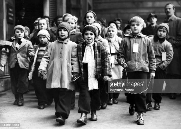 Des enfants polonais des camps de réfugiés à Hambourg arrivent à la gare de Liverpool Street pour passer les fêtes de Noël dans des familles...