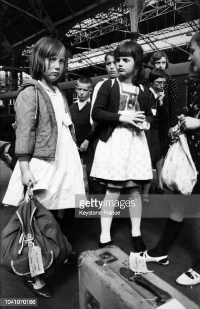 Des enfants réfugiés d'Autriche et de Tunisie arrivent à la gare de Victoria pour passer des vacances dans des familles britanniques dans le cadre...