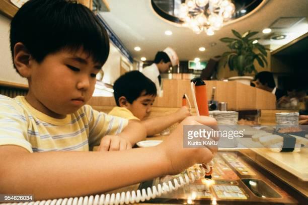 Des enfants utilisent un ordinateur pour commander leur repas dans un restaurant en juin 1983 à Tokyo Japon