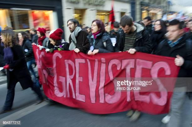 Des enseignants portent une banderole 'grévistes' lors d'une manifestation de l'académie de Créteil en grève le 16 février 2010 à Paris contre les...