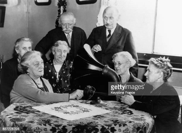 Des exilés néerlandais écoutent attentivement la radio en continu en guettant l'arrivée du bébé de la Princesse Juliana le 17 janvier 1939 à Londres...