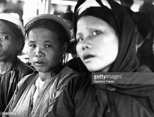 Des femmes en attente d'être évacuées de la capitale de la zone sud le 1er juillet 1954 à Nam-Dinh au Vietnam.